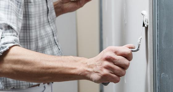 Hur täcker man hål i väggen? Upptäck de bästa metoderna