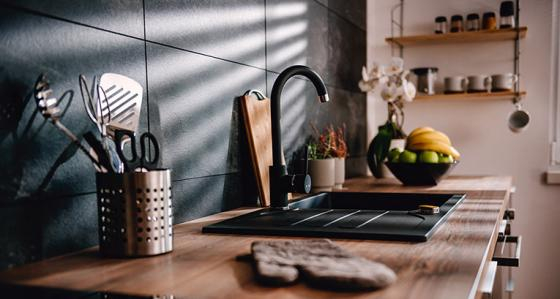 Inför svartfärgade tillbehör till köket för att fräscha upp interiören snabbt!